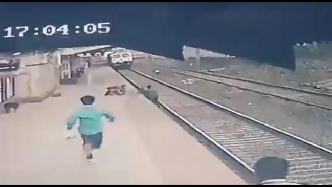 जान जोखिम में डाल रेलवे के पाइंट्समैन नेबचाई बच्चे की जान, रेलमंत्री ने सराहा
