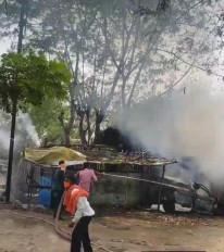 अचानक धधकने लगी खड़ी कार में आग, दमकल ने आग पर पाया काबू