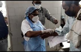 हाथ में खाली बाटल लेकर भटकता रहा मरीज - सिविल सर्जन के सामने खोली व्यवस्था की पोल