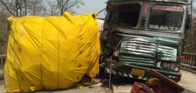 बबैहा पुल पर भिड़े ट्रक-मालवाहक, दो मजदूरो की मौके पर मौत