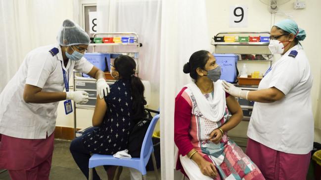 फोन पर किसी के साथ बिजी थी नर्स, टीका लगवाने आई महिला को एक साथ दे दिए दो डोज