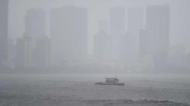 समुद्र से सुरक्षित निकाले गए 317 लोग- चक्रवात के चलते बह गया था बार्ज, महाराष्ट्र में गई 14 लोगों की जान