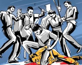 कर्मचारियों में रेत को लेकर खूनी संघर्ष - वारदात में दो घायल : दूधी नदी पर नरसिंहपुर की धनलक्ष्मी व होशंगाबाद की आरकेटीसी आमने-सामने