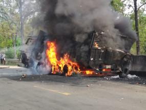 माल वाहक ट्रक भिड़े, खाई में गिरकर धू-धू कर जला ट्रक - किकरा नाला के पास की घटना