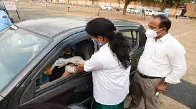 मुंबई में शुरु हुआ ड्राइव इन वैक्सीनेशन सेंटर,विकलांग-बुजुर्गो को वाहनमें लगाए जा रहे टीके
