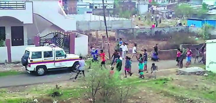 अवैध धंधा करने वालों ने पुलिस पर किया पथराव, वाहन में तोड़-फोड़