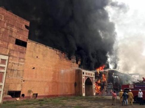 Jodha-Akbar set burnt on fire in ND studio | एनडी स्टूडियो में आग लगने से  जोधा-अकबर का सेट जला - दैनिक भास्कर हिंदी