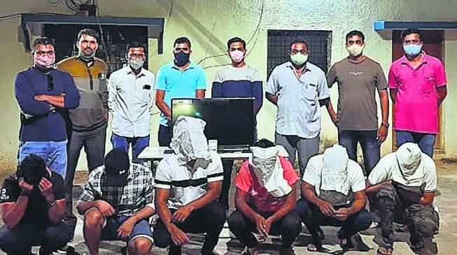 खेत के टीनशेड में चल रहा था जुआ अड्डा, पुलिस ने छापा मारकर 6 बुकियों को पकड़ा