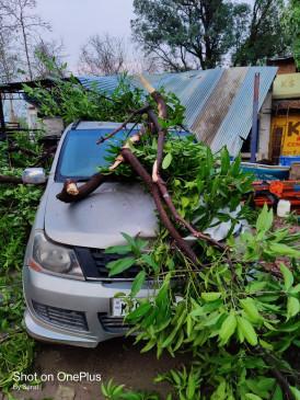 आंधी तूफान -  उचेहरा मंडी में कार समेत एक दर्जन बाइक क्षतिग्रस्त