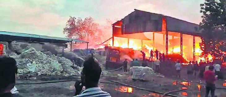 टिश्यू पेपर बनाने वाली कंपनी के गोदाम में भीषण आग, बड़ा नुकसान