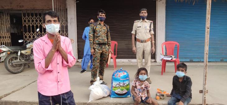 वर्दी की हमदर्दी को सलाम - युवक ने जहर खाने मांगे पैसे : पुलिस 2 महीने का राशन लेकर पहुंची घर