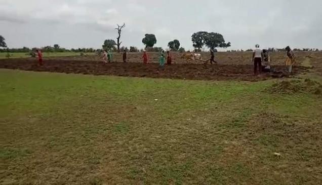 अडानी के कब्जे की 200 एकड़ से अधिक भूमि पर प्रभावित किसानों ने की बोवनी
