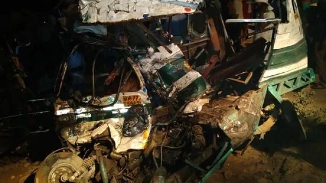 यूपी में भीषण हादसा: कानपुर में बस की थ्री-व्हीलर से टक्कर, 16 की मौत, कई घायल