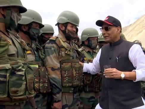 रक्षामंत्री राजनाथ सिंह ने लेह दौरे के दौरान सशस्त्र बल के 300 पूर्व सैनिकों से की मुलाकात, देंगे ढेरों सौगात