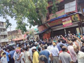 जबलपुर: बड़े फुहारा में व्यापारी धरना पर बैठे, बोले- हमारे साथ भेदभाव क्यों