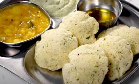 Rava Idli: सिर्फ 30 मिनट में बनाएं रवा इडली, जानें आसान रेसिपी