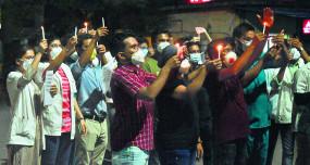मध्यप्रदेश के निवासी डॉक्टरों के इस्तीफों के समर्थन में नागपुर में निवासी डॉक्टरों ने निकाला कैंडल मार्च