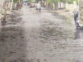 आधा इंच बारिश में ही दरिया बन गईं सड़कें मेट्रो सिटी कल्चर से कोसों दूर
