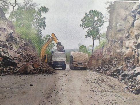 मंडला-जबलपुर हाईवे पर गिरे पत्थर, 10 घंटे तक बाधित रहा यातायात