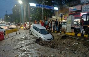 सवा इंच बारिश में ही शहर बेहाल, गड्ढे में समाई कार