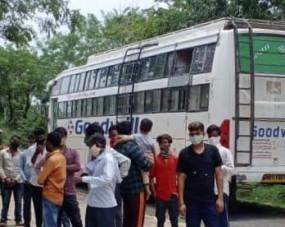चोरी छिपे ठूंस ठूंसकर ले जा रहे थे यात्रियों को, परिवहन अमले ने तीन बसों को किया जब्त