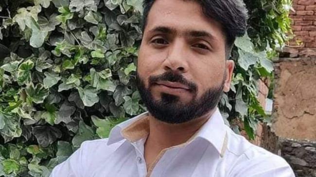 J&K: बीजेपी नेता इशफाक अहमद अपने ही सुरक्षा अधिकारी की फायरिंग में घायल, हालत स्थिर