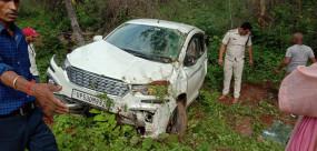 धारकुंडी घाट में पलटी ढाई लाख के कफ-सिरप से लोड कार, चालक फरार