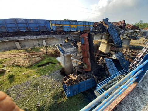 MP: कोयले से लदी मालगाड़ी के एक दर्जन से ज्यादा डिब्बे पुल से नीचे गिरे, पिछले साल हुआ था तीसरी लाइन का काम पूरा