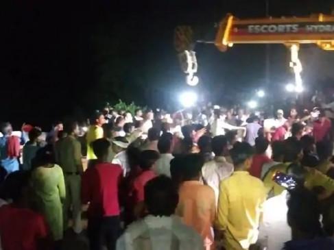 MP: गंजबासौदा में मिट्टी के अचानक धसने से दर्जनों लोग कुएं में गिरे, रेस्क्यू ऑपरेशन में जुटी टीम