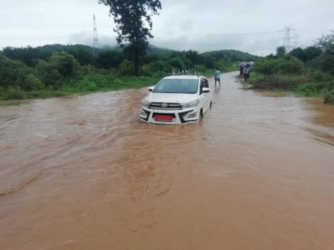 सड़क पर भरे पानी में फंसा सांसद का काफिला - अनुसूचित जाति आयोग सदस्य के वाहन को रस्सी से खींचकर बाहर निकाला