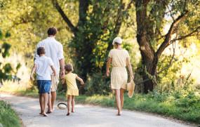 Health: क्यों चलना चाहिए नंगे पैर? जानिए, क्या हैं इसके फायदे