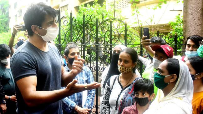 1200 किमी. साइकिल चलाकर सोनू का फैन पहुंचा मुंबई, एक्टर ने मिलकर पहनाई फूल की माला