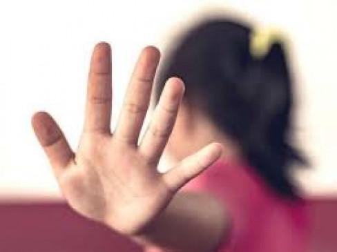 अस्पताल में उपचार के लिए गई किशोरी से छेड़छाड़