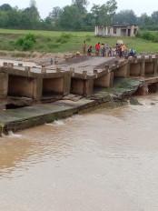 उमरिया :भदार नदी का रपटा ढहा -आधा दर्जन गांवों का आवागमन ठप