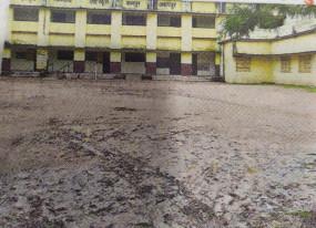 स्कूलों के प्रवेश द्वार पर कीचड़, विद्यार्थियों का निकलना मुश्किल