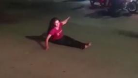 नशे में चूर लड़की ने बीच सड़क पर जमकर किया हंगामा, कभी ट्रैफिक जाम, कभी लोग हैरान