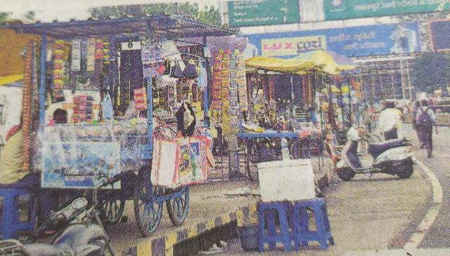 लाखों रुपए से सँवर रहा स्टेशन, सामने अतिक्रमण बन रहे नासूर