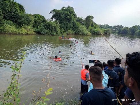 देखते ही देखते पानी में डूब गई कार, एकही परिवार के तीन लोगों की मौत