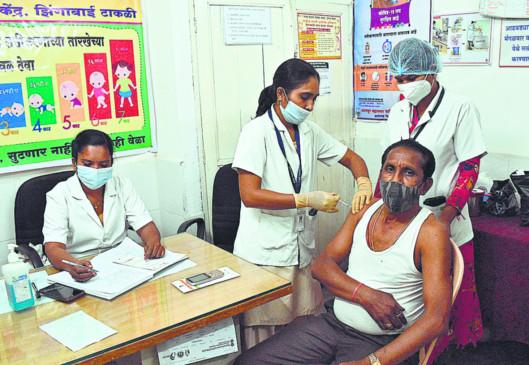 विशेष टीकाकरण अभियान, रात 11 बजे तक लग रहा टीका